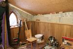 Ein Badezimmer aus Holz, Lehm und Schiefer